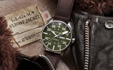 漢米爾頓Khaki Pilot軍用飛行錶限量款結合皮夾克大廠Schott NYC的皮革工藝強項