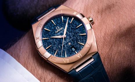 歐米茄星座系列男錶採用Sedna金錶殼和藍色絲綢面展現貴公子性格