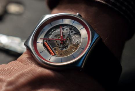 Q在《007生死交戰》佩戴由SWATCH特製的Skin Irony 這款除了出現在電影也會市售
