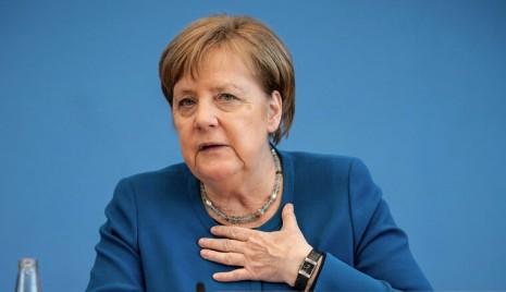 德國鐵娘子梅克爾外套顏色多變,但不變的是手上那只三針錶