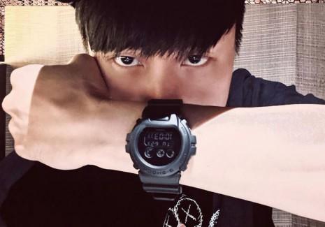 JJ林俊傑大方自拍一款全黑G SHOCK  似乎想透露什麼訊息?
