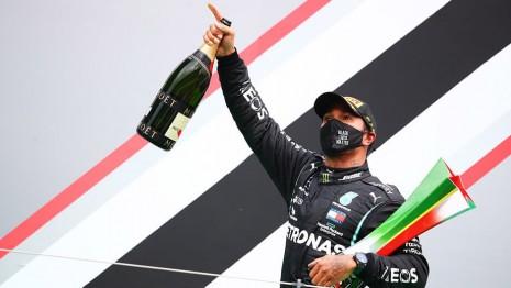 刷新舒馬克紀錄!F1新車神Lewis Hamilton戴幸運錶上台領獎