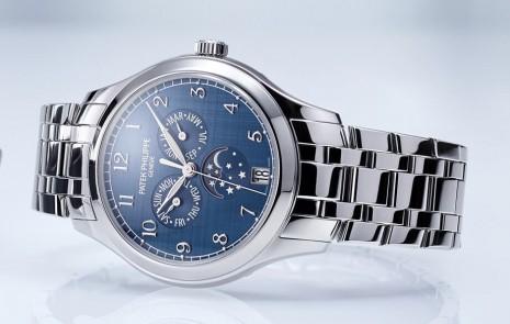 百達翡麗4947年曆錶改換不鏽鋼錶殼搭配鍊帶展現中性風格