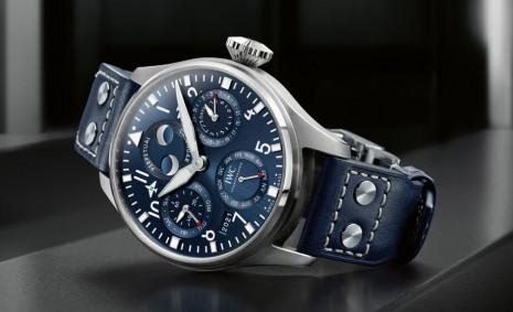 IWC新版不鏽鋼大飛萬年曆採不鏽鋼錶殼搭配藍色面盤